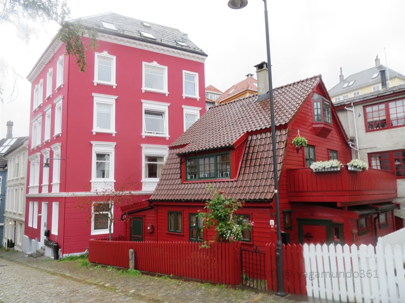 Rotes Holzhaus in Bergen